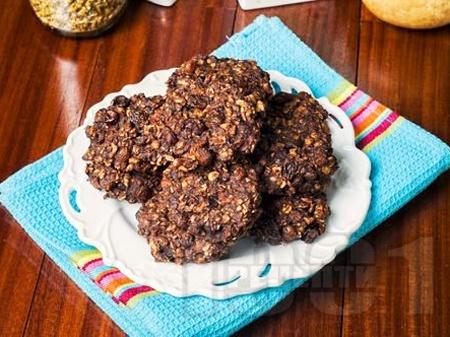 Бързи сладки бисквити с овесени ядки, черен шоколад, фъстъчено масло, кафява захар и стафиди - снимка на рецептата